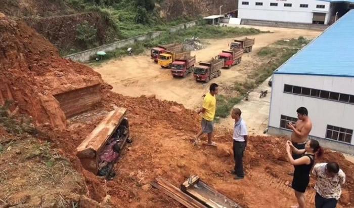 湖南省安化县工地挖出明清古墓 保存相当完好男古尸