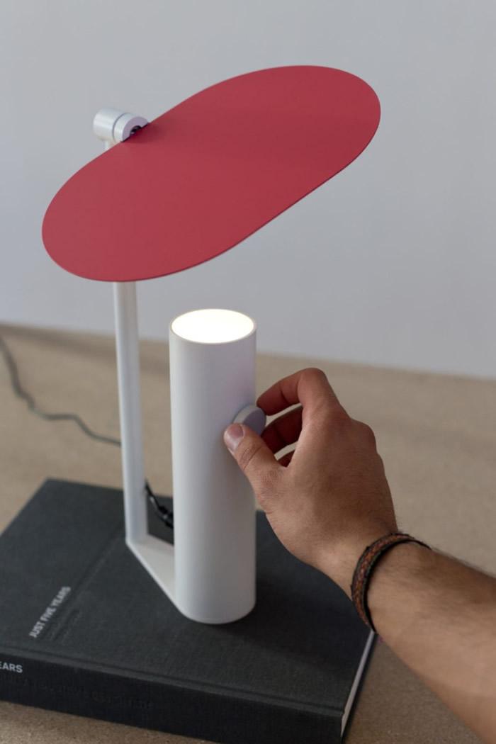 透过控制反光板将光线导向需要的位置。