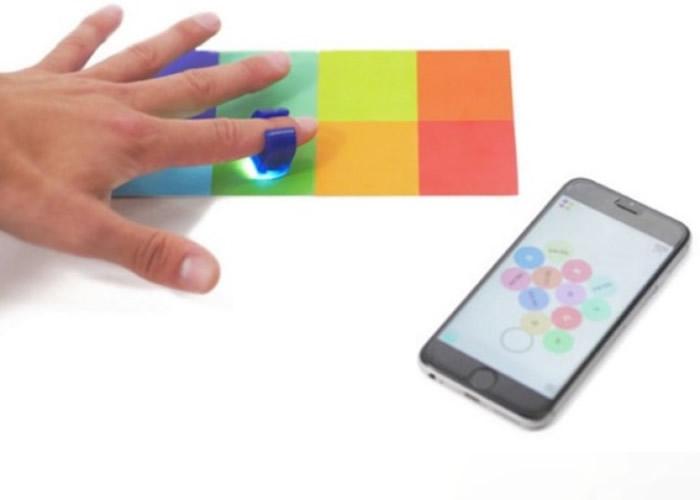 光学感应指环能拾取物件的颜色,经手机应用程式转化为音响。