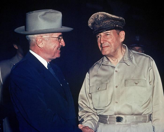 麦克阿瑟在韩战留下世纪名言:「没有任何东西可以代替胜利。」左为把他炒鱿鱼的总统杜鲁门。