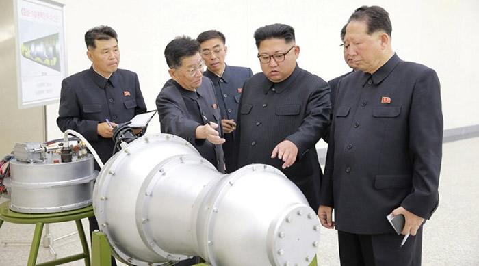 朝鲜称已成功研发可搭载于洲际弹道导弹的氢弹头。右二为领袖金正恩。