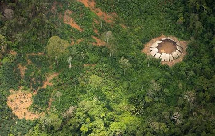 消失1年再现!亚马逊土著持矛怒指飞机