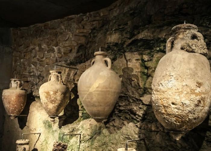 铜制酒瓮历史悠久。