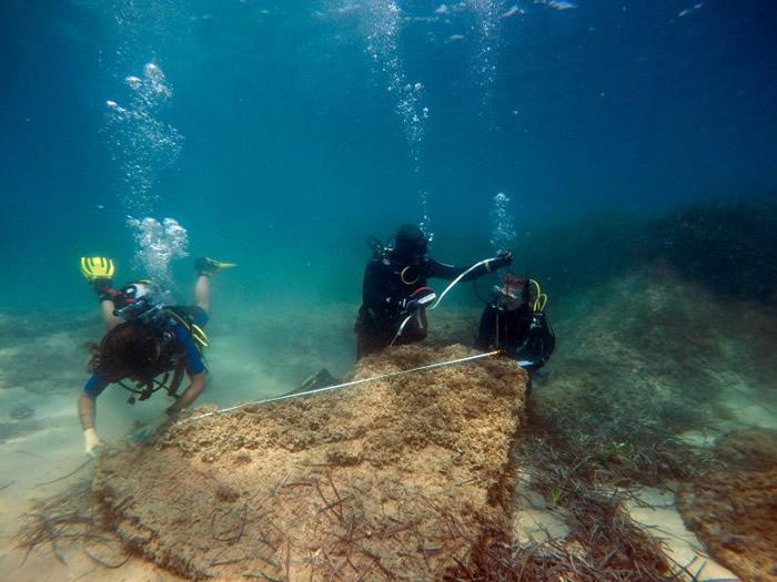 探险队为一件古迹做记录。