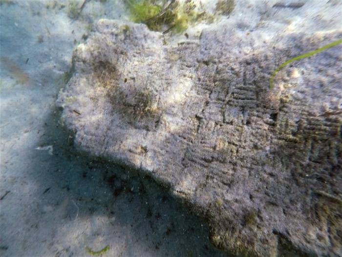在水下废墟发现的石碑。