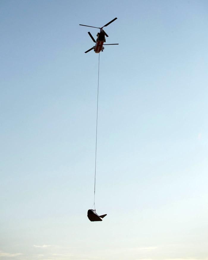 直升机从高空投放追梦者。