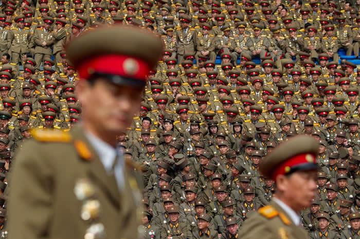 2012年纪念金日成的活动上,朝鲜军人坐满平壤的体育场。 PHOTOGRAPH BY DAVID GUTTENFELDER, NATIONAL GEOGRAPH