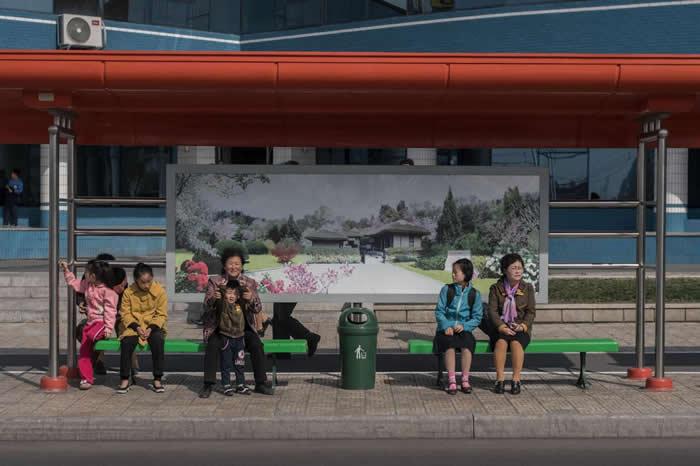 艾德.琼斯(Ed Jones)拍摄平壤居民等待公车的画面