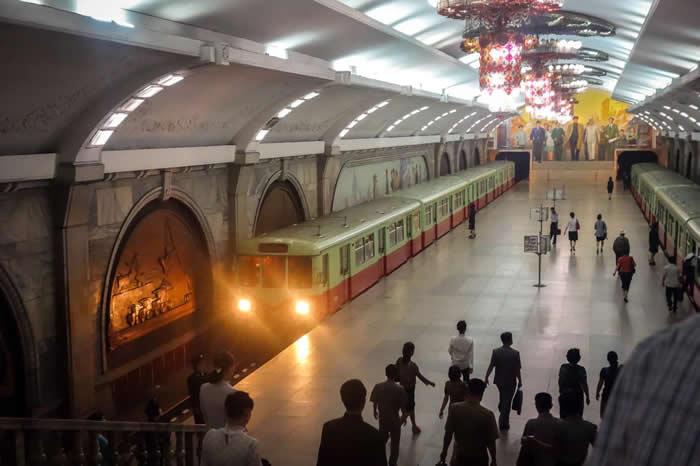 一辆地铁开进复兴站。复兴站的装饰特别华丽,在2010年以前观光客只能参观两座地铁站,复兴站正是其一。 PHOTOGRAPH BY ELLIOTT DAVIES