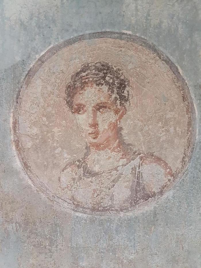 这幅受损的罗马女性肖像画在赫库兰尼姆古城出土。公元79年维苏威火山爆发后,赫库兰尼姆古城就消失了。 PHOTOGRAPH COURTESY ROBERTO AL