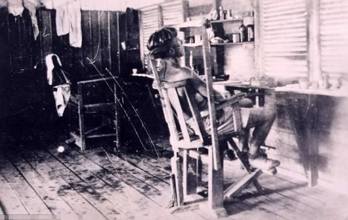 有战俘被绑在椅上饱受虐待。