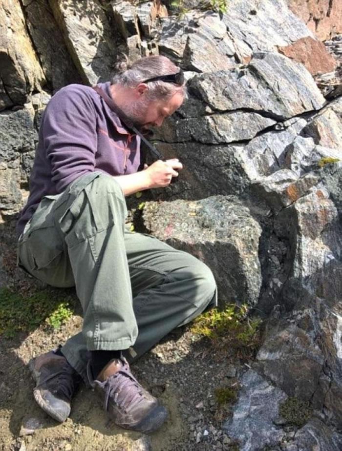 史密特相信变化与橄榄石有关。