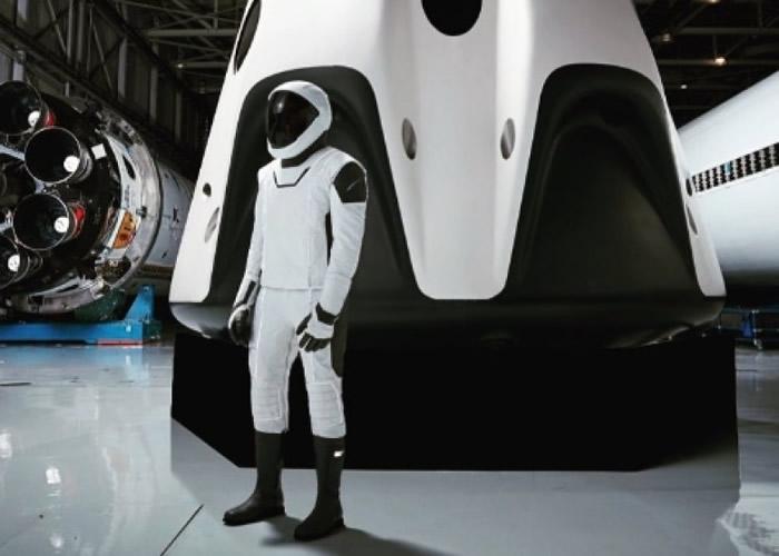 SpaceX首次公开研发中的未来宇航服的全相。