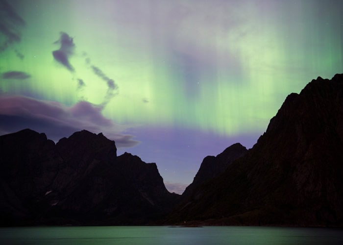 太阳耀斑产生的辐射风暴,为挪威带来绚烂极光。