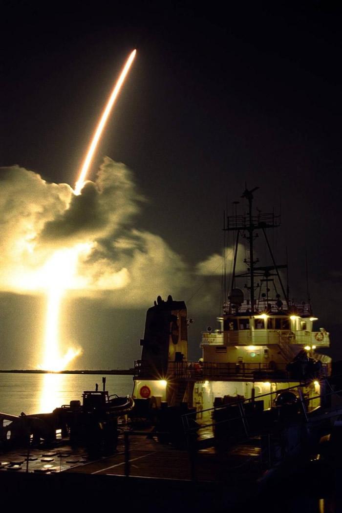 NASA发射卡西尼号前往土星进行探索任务。