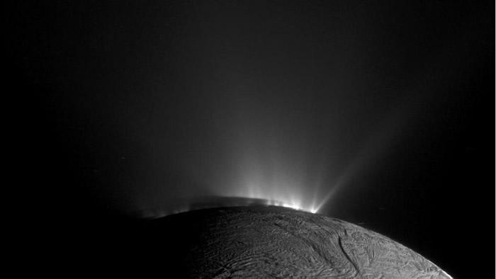 卡西尼号在2010年11月30日,拍到恩克拉多斯南极的水冰间歇泉爆发。