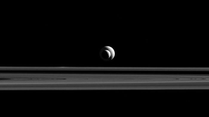 """卡西尼号拍得恩克拉多斯(较小)与土卫三""""忒堤斯""""(Tethys,较小)在同一直线的照片。"""