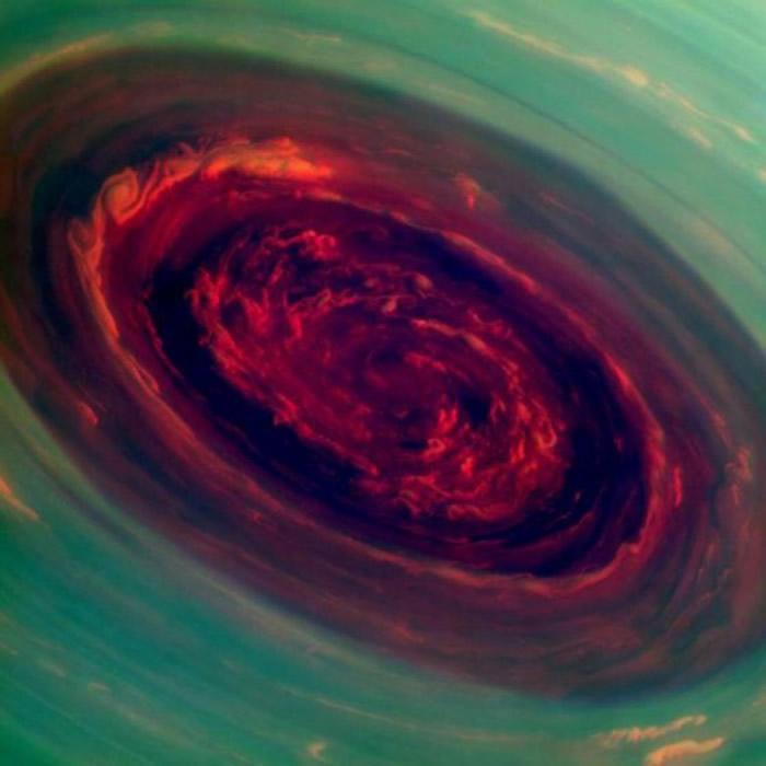 卡西尼号在2012年12月27日,拍下土星北极色彩斑斓的风暴。