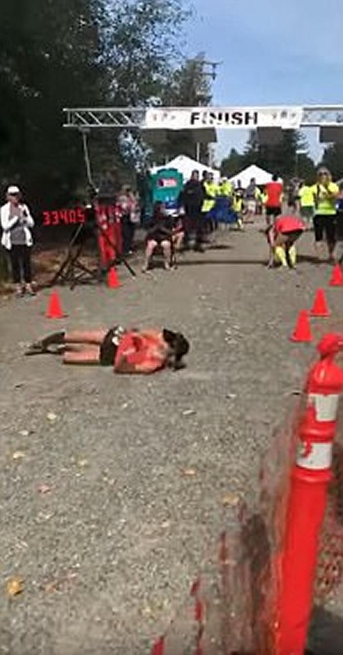 美国女子马拉松选手体力不支滚过终点