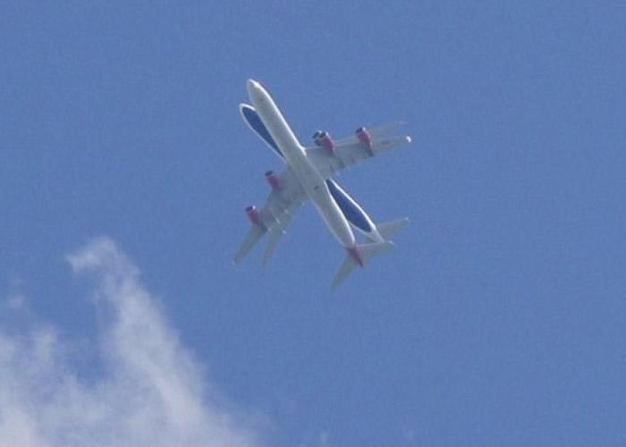 从地面看,飞机看似正重叠。
