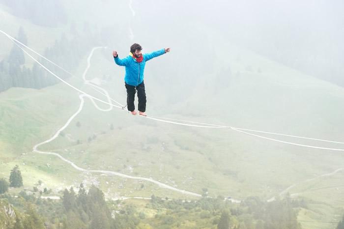 瑞士选手有如仙人在空中行进。