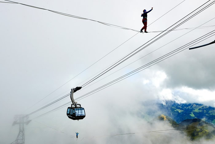 挪威选手(上)在上面前行,吊车在下面依然来往如常。
