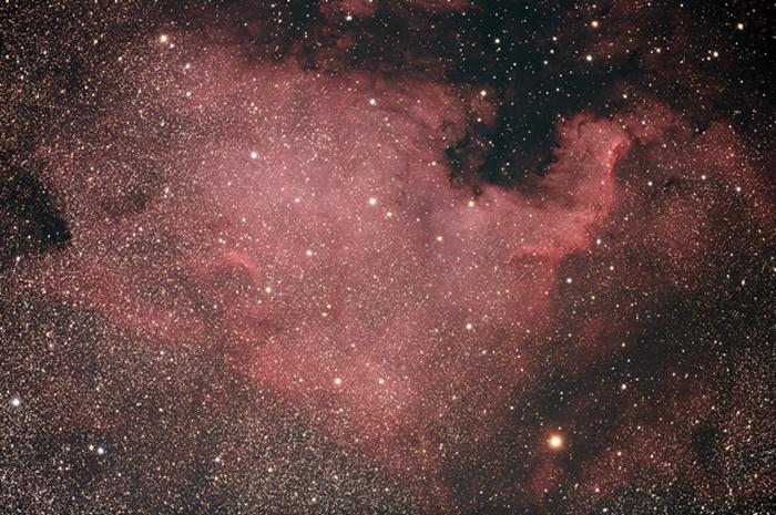 NGC 7000 – 北美洲星云(North American Nebula) 位于天鹅座,靠近天津四的一个发射星云这个发射星云形似北美洲大陆表面亮度非常低,不