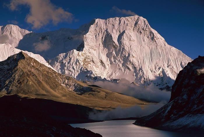 札姆朗峰(又称钦琅山)俯瞰着尼泊尔的马卡鲁-巴朗国家公园(Makalu-Barun National Park)。丹尼尔.泰勒因为寻找雪怪而探索了这片地区,之后