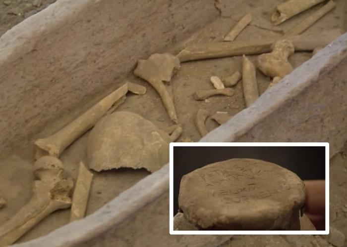 藏有遗骨的泥壶(右下)上刻写着铭文。