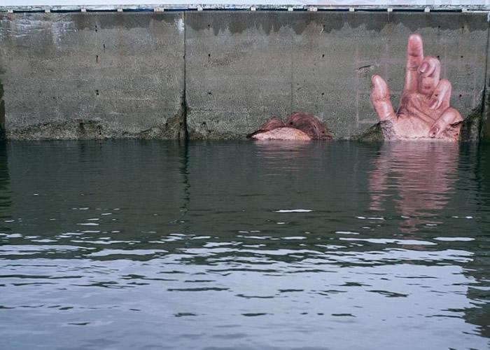 壁画中的少女被淹没在水中。