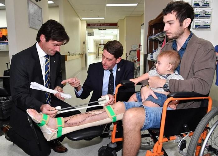 雅丽珊郡主医院医生团队为利希特尔(右一)移植3D打印的小腿胫骨。