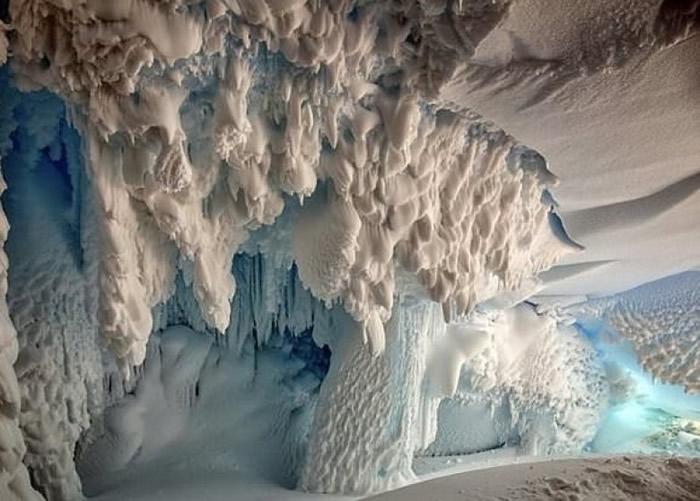 冰川底下埋藏温暖地洞。