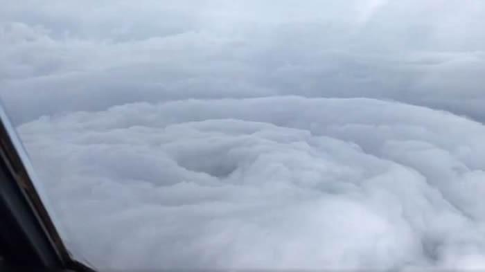 """美国空军预备役""""飓风猎人""""近距离呈现飓风""""艾玛""""的风眼"""