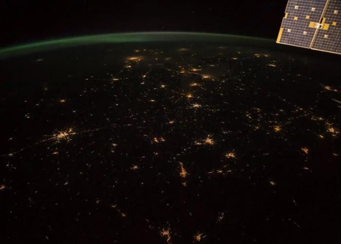 万家灯火在夜幕下,如同漫天星尘一般,煞是璀璨。