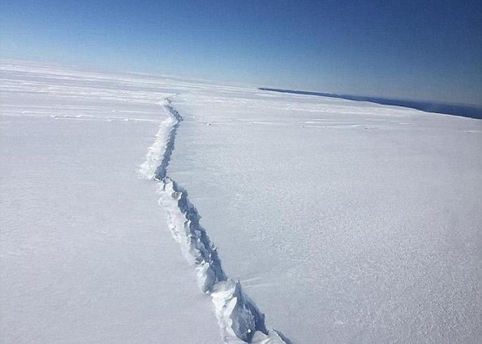 南极过去曾出现震撼的裂缝。