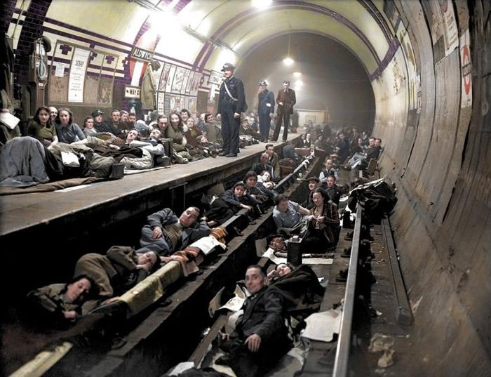 民众在地铁站中逃难。