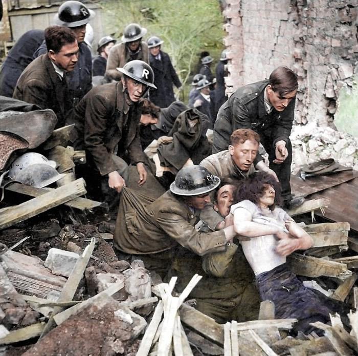 救援人员在瓦砾中救人。
