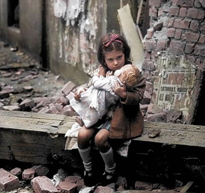 小女孩在街头紧抱公仔。