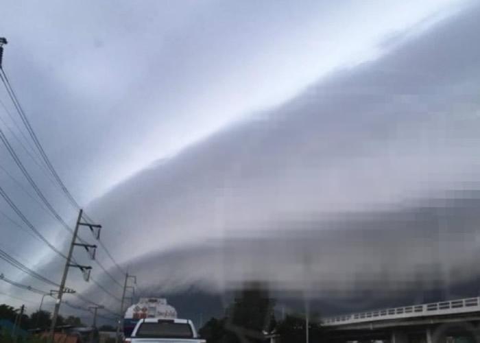 呵叻府出现大面积低层卷云。