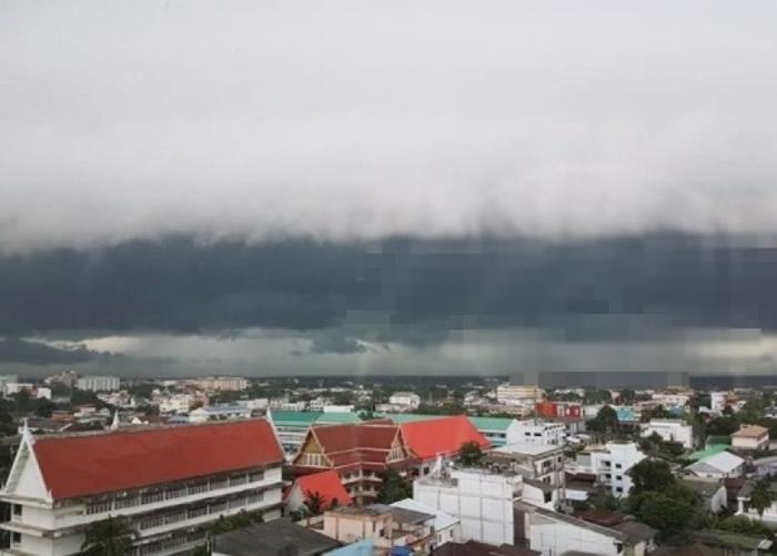 卷云出现时,时而狂风大作、时而降雨。