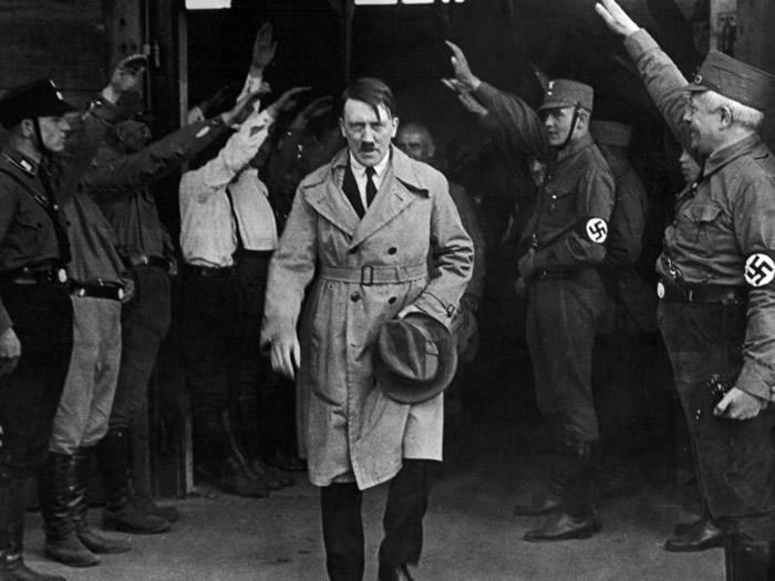希特勒(中)当时秘密研制核武。