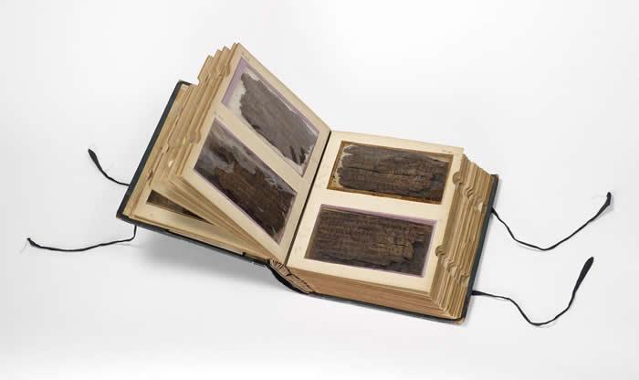 巴克沙利手稿由70页桦树皮组成,非常脆弱,因此安置在特别设计的收藏册中,典藏在牛津波德利图书馆的威斯顿特藏图书馆(Weston Library)。经由收藏册上的