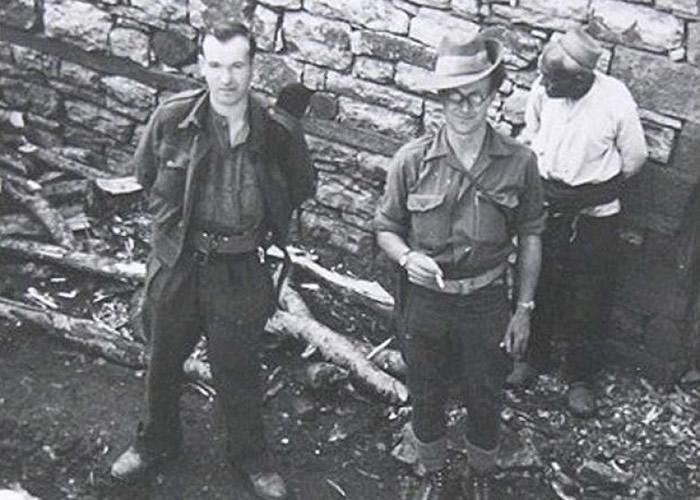 奇泽姆(中)当日参军时,因体虚力弱被安排出任书记员。