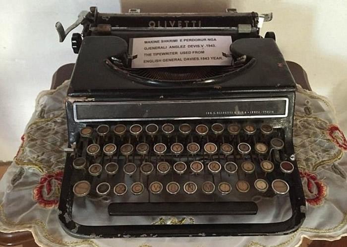 奇泽姆当年用来记录的打字机,现时仍放在阿尔巴尼亚一间博物馆。