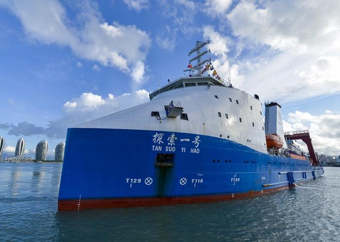 """深海勇士号由母船""""探索一号""""载回海南三亚。"""