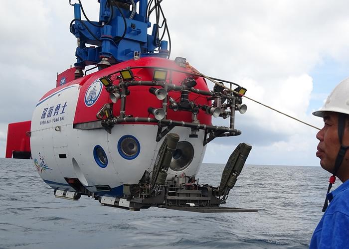 深海勇士号进行回收。
