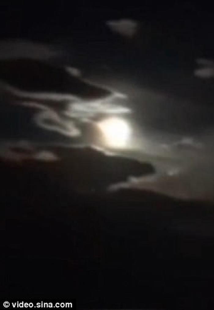 巨大火流星划破夜空:中秋之夜小行星撞击云南 多地政府连夜寻找陨石地点