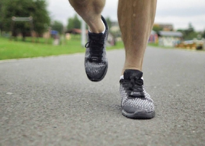 pLaces细小轻巧,绝不妨碍走路或跑步。