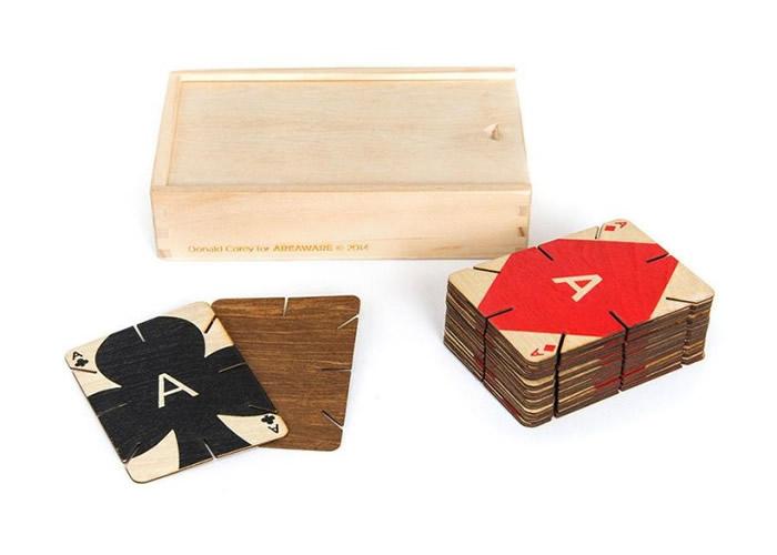 扑克牌上有多个坑槽可互相扣接。