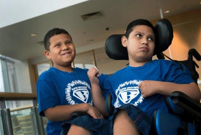 罗贾斯(左)跟哥哥同是肾上腺脑白质退化症患者。